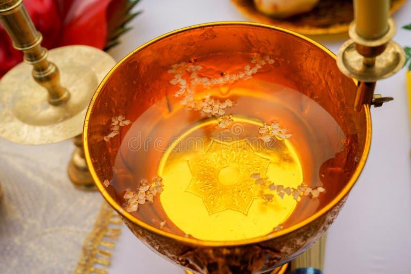 在泰国金平底锅的圣水 免版税图库摄影