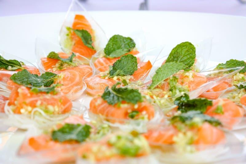 在泰国食物样式的沙龙辣沙拉,在盘的塑料匙子准备服务在事件 库存照片