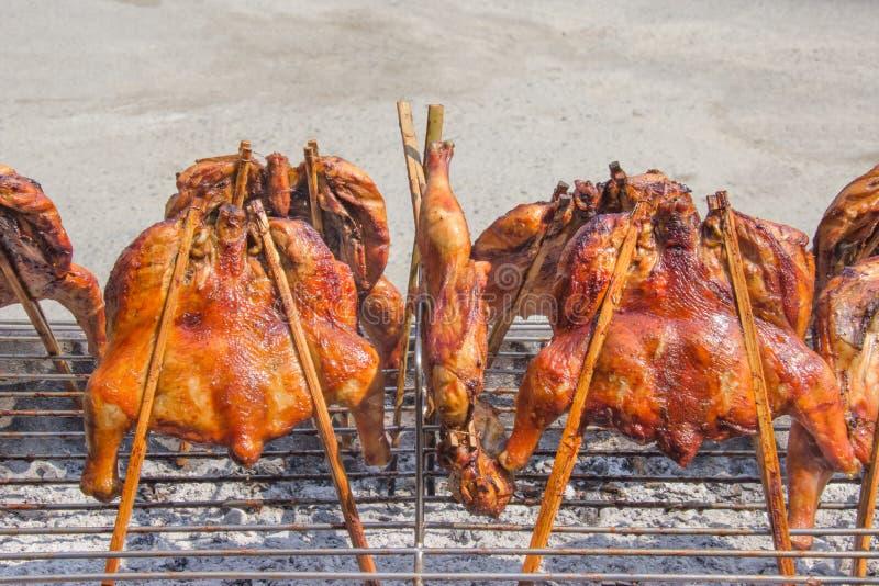 在泰国餐馆烤在格栅火炉的鸡,户外 库存照片