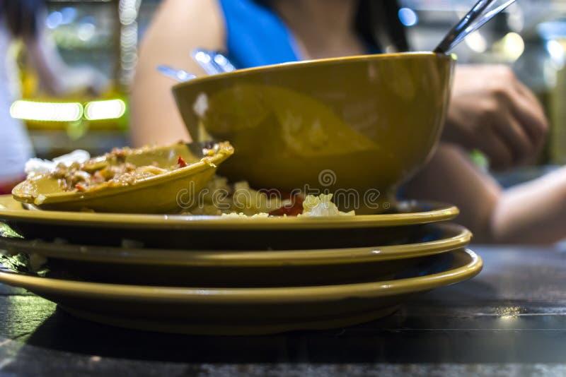 在泰国餐馆的午餐 妇女吃与菜和汤的米 免版税库存图片