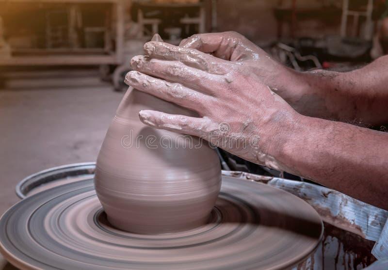 在泰国Nonthaburi的Pak Kret区Koh Kret Pottery Village and Brewery的陶器轮上,Potter用陶碗做陶碗 免版税库存照片