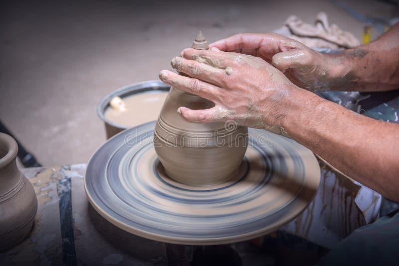 在泰国Nonthaburi的Pak Kret区Koh Kret Pottery Village and Brewery的陶器轮上,Potter用陶碗做陶碗 库存图片