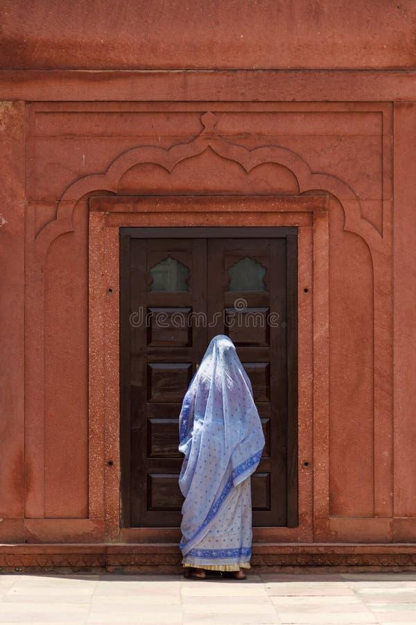 在泰姬陵附近的印地安妇女 免版税库存照片