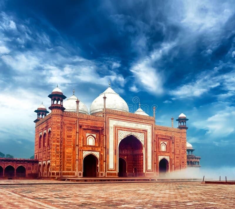 在泰姬陵附近的Masjid清真寺在印度,印地安宫殿 免版税库存图片