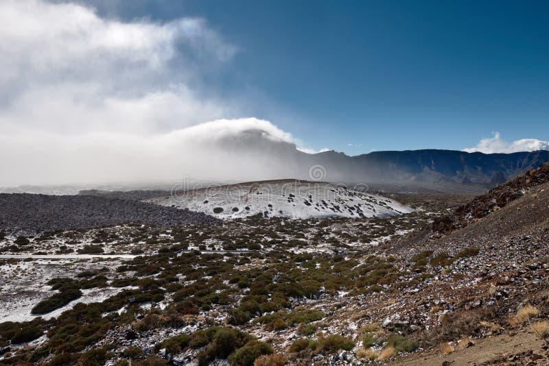 在泰德峰火山附近的登上 山在云彩下落了 库存图片