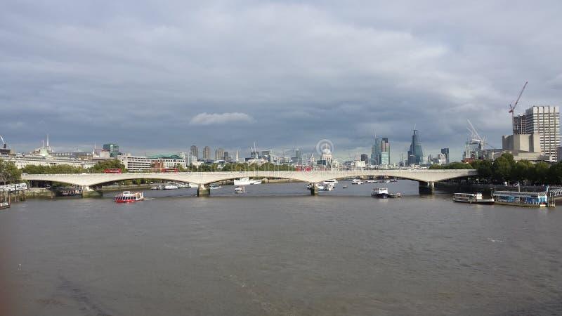 在泰晤士桥梁的看法和伦敦市环境美化 免版税库存图片