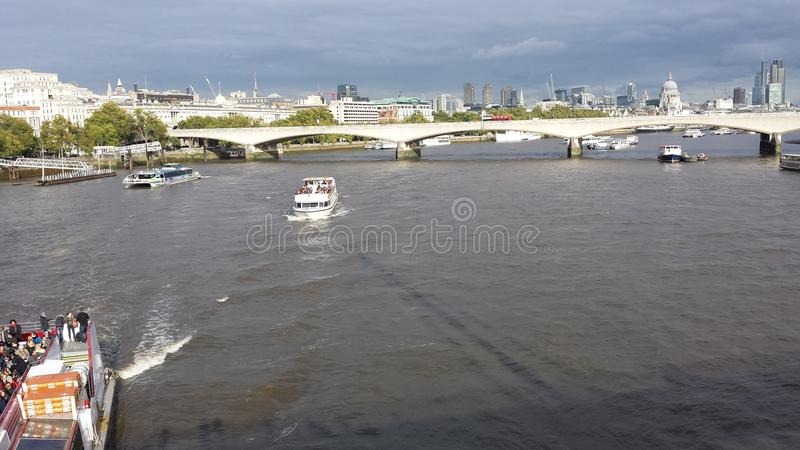 在泰晤士桥梁的看法和伦敦市环境美化 库存照片