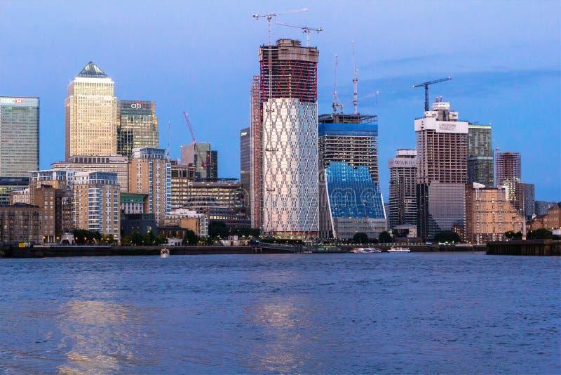 在泰晤士河和金丝雀码头的一个看法在伦敦,英国 免版税库存照片