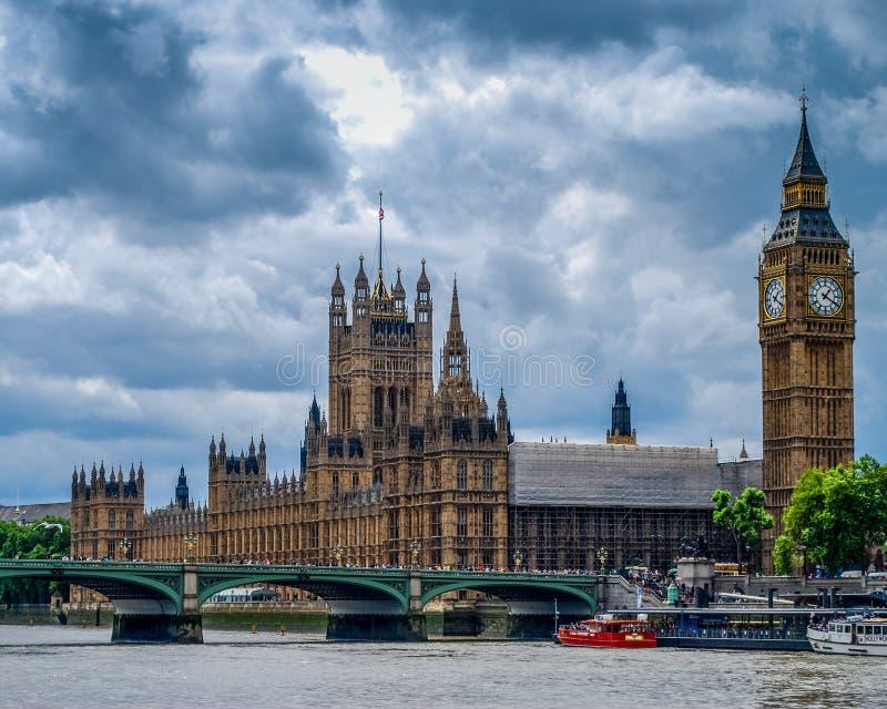 在泰晤士河岸的英国议会  免版税图库摄影
