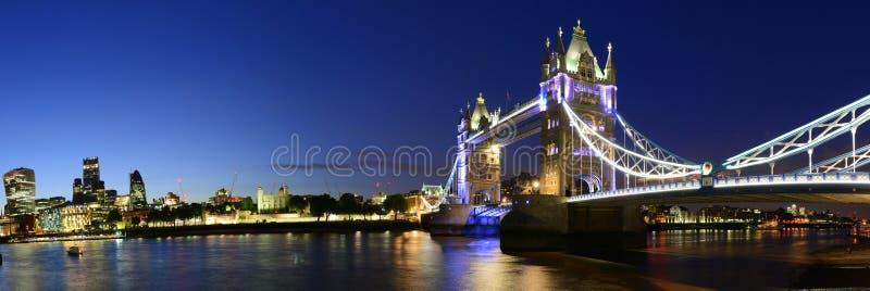在泰晤士河晚上全景的伦敦桥梁,英国 免版税库存照片