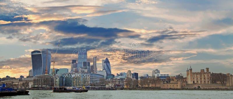 在泰晤士河的伦敦都市风景在伦敦 免版税库存图片