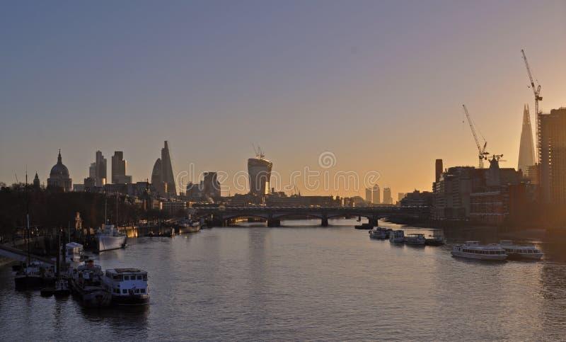 在泰晤士河的全景从滑铁卢桥梁在晚上 免版税库存照片