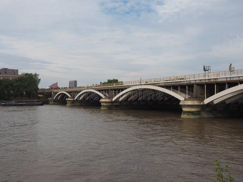 在泰晤士河的格罗夫纳桥梁在伦敦 库存图片