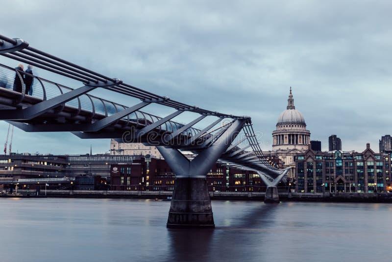 在泰晤士河的现代伦敦地平线在多云灰色天 库存图片