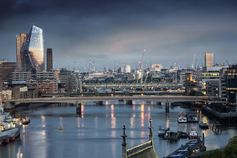 在泰晤士河的看法伦敦,英国地平线的  免版税库存照片