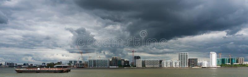 在泰晤士河的风雨如磐的天空 免版税图库摄影