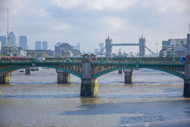 在泰晤士河的Southwark桥梁在伦敦,英国 免版税库存图片