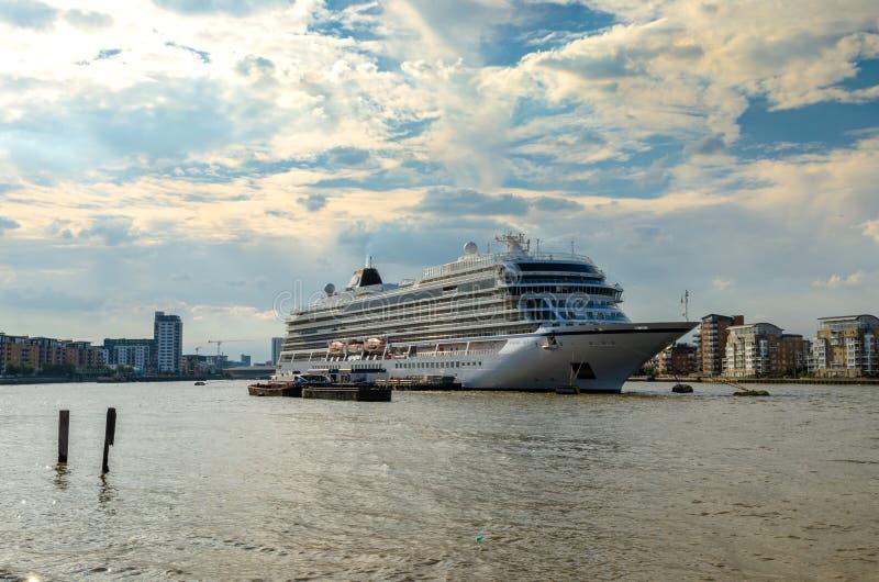 在泰晤士河靠码头的游轮在伦敦 库存照片