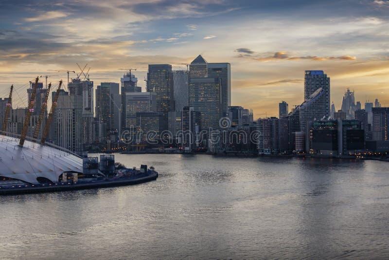 在泰晤士的鸟瞰图在财政区的金丝雀码头伦敦 库存图片