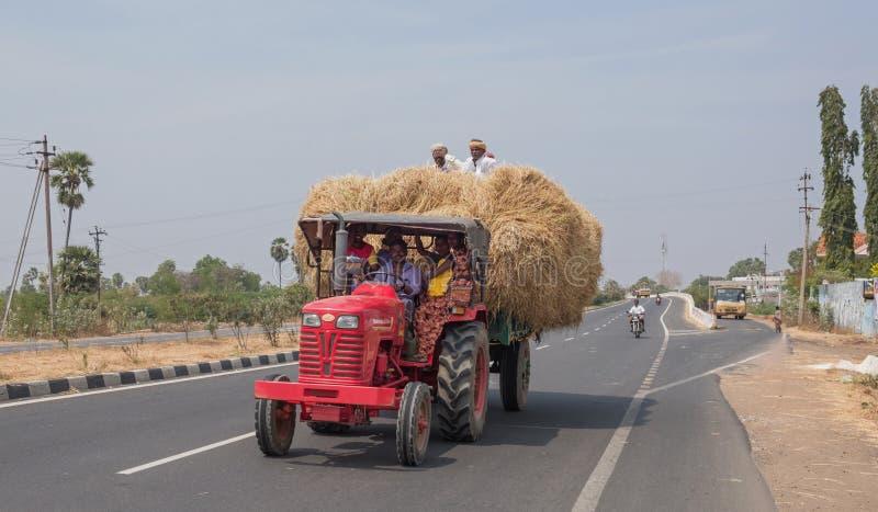 在泰米尔纳德邦高速公路的大装载 免版税库存图片
