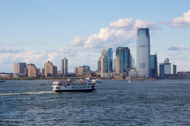 在泽西市地平线前的NYC自由女神像轮渡 免版税库存照片