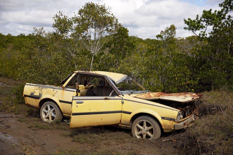 在洗刷的被放弃的生锈的汽车击毁 库存照片