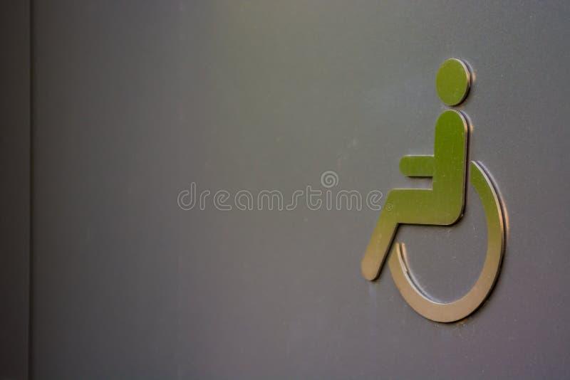 在洗手间门的残疾标志 免版税图库摄影