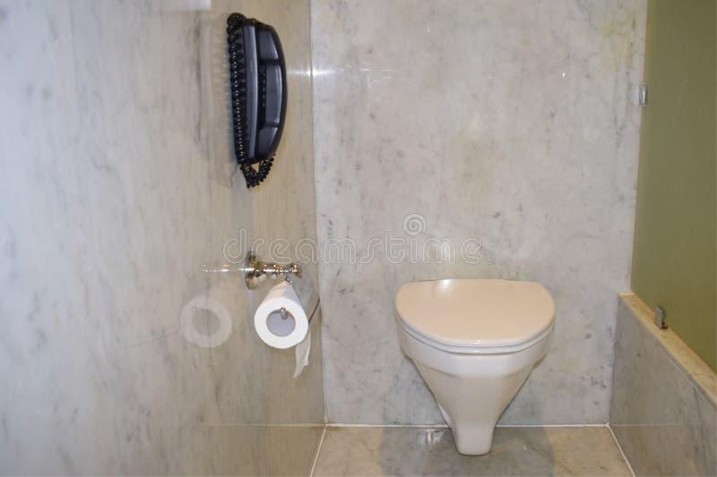 在洗手间wc ensuite的电话在酒店房间内在印度 库存照片