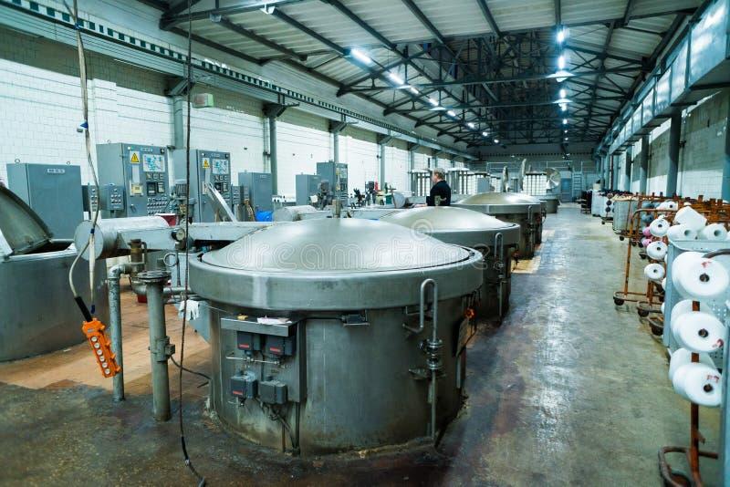 在洗染的毛线的现代技术与纺织工业的机器,印染机化工坦克 免版税库存照片
