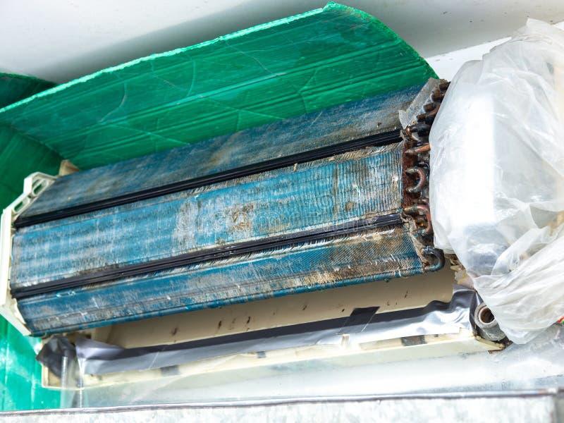 在洗涤的更旧的空调器 在长期不维护它以后 多灰尘内部和零件是生锈的 正确度 免版税库存图片