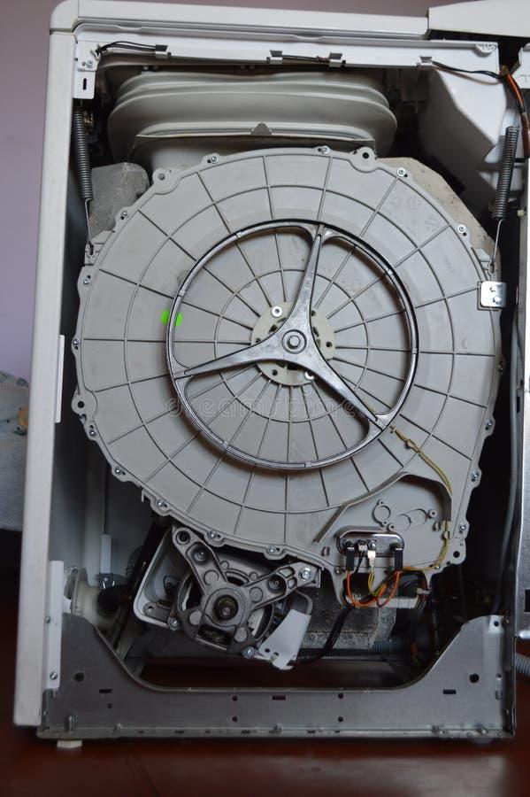 在洗衣机里面的鼓和零件 库存照片
