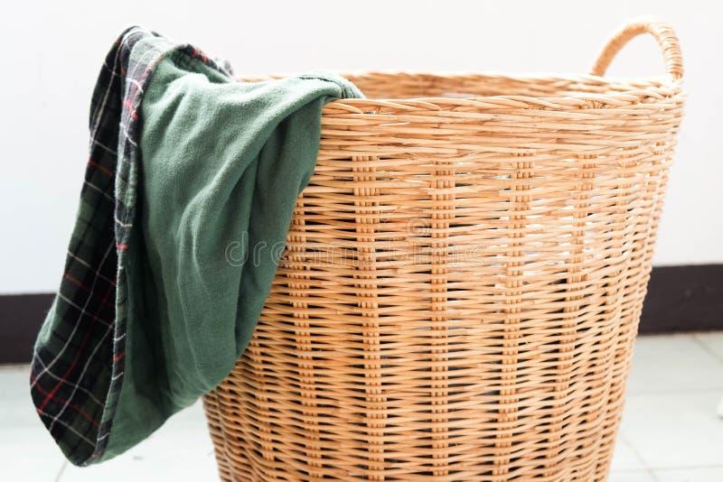 在洗衣篮的肮脏的衣裳 库存照片