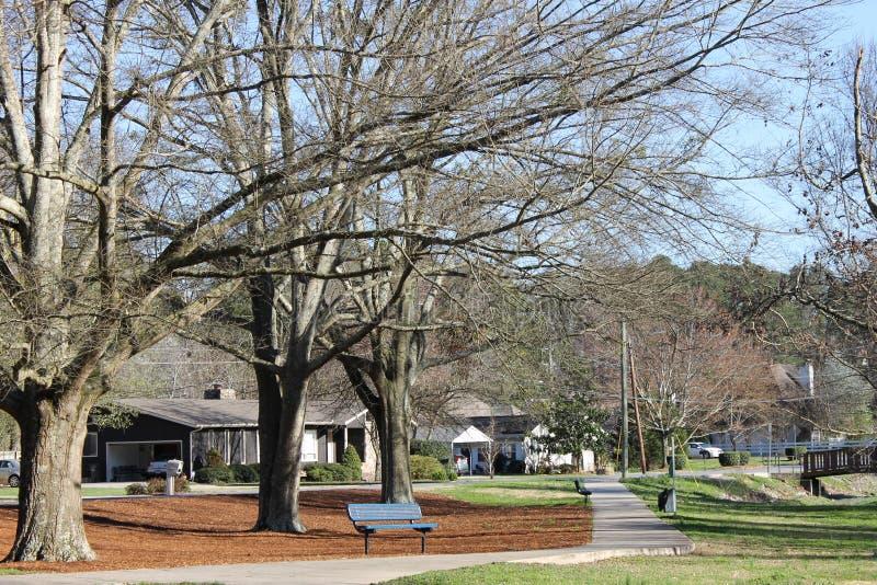 在洛克伍德公园的长凳多尔顿的, GA 好和晴天 图库摄影