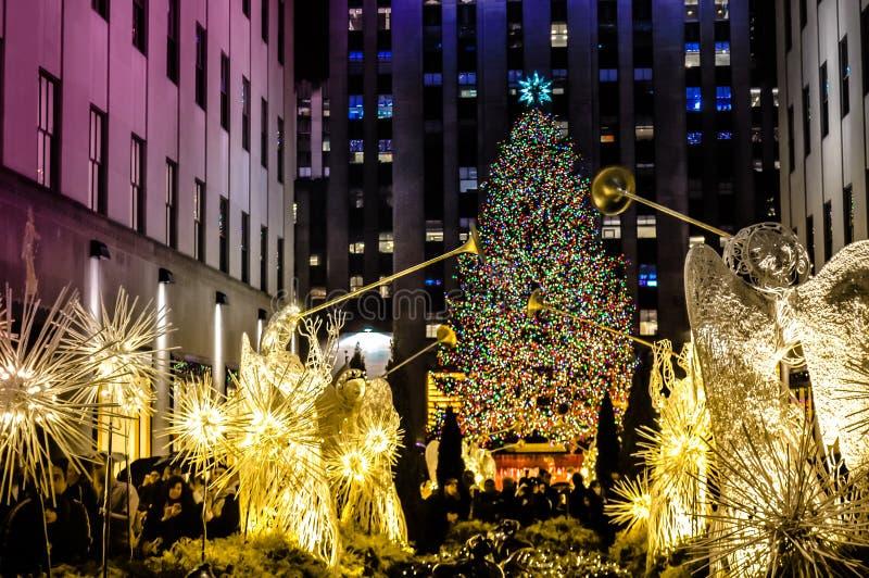 在洛克菲勒中心前面的圣诞装饰在曼哈顿,NYC,美国 免版税库存照片