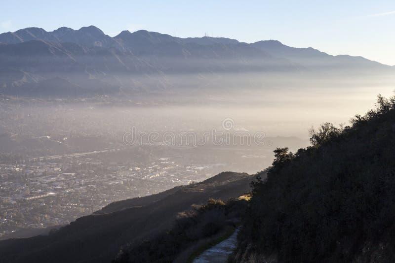 在洛杉矶加利福尼亚附近的La加拿大遂石山脉 免版税图库摄影