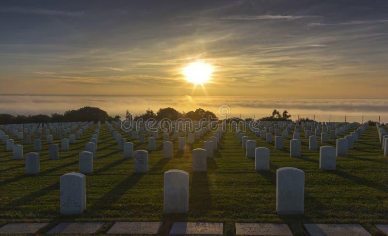 在洛马角半岛的海军公墓墓碑在日落期间的圣地亚哥加利福尼亚 免版税库存照片