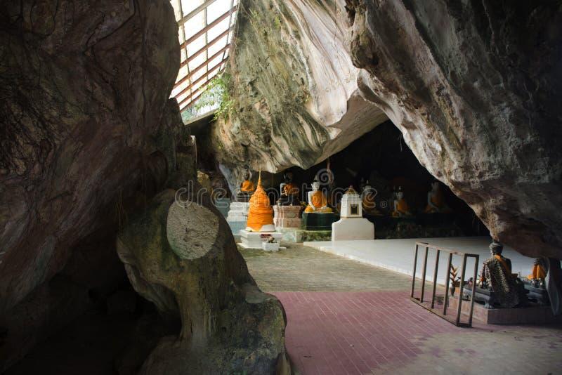 在洞的菩萨雕象在Wat Khuha萨万在Phatthalung,泰国 免版税库存照片