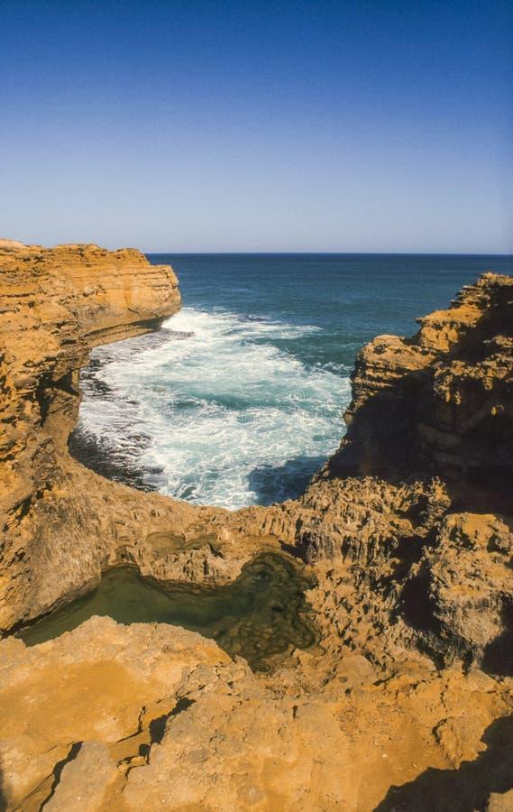 在洞穴,海难海岸,大洋路,维多利亚,澳大利亚的石灰石峭壁 图库摄影