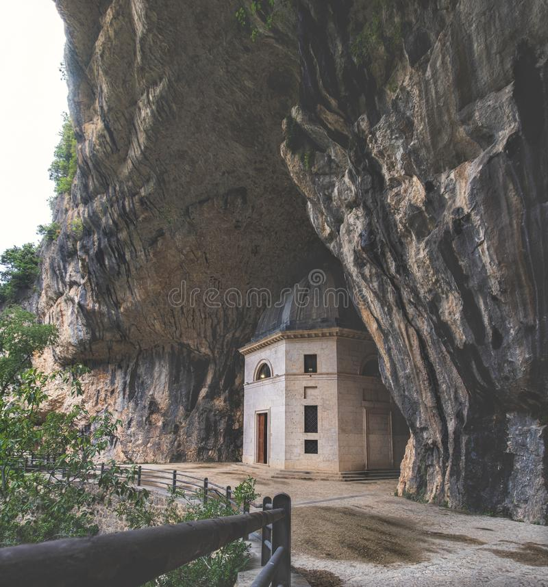 在洞里面的教会-意大利-马尔什- Valadier在Frasassi洞附近的寺庙教会在Genga安科纳 库存照片