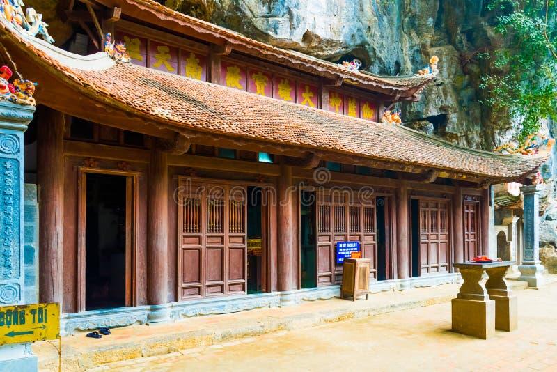 在洞, Tam Coc, Ninh Binh,越南下的神奇木佛教寺庙Bich东塔复合体 库存照片