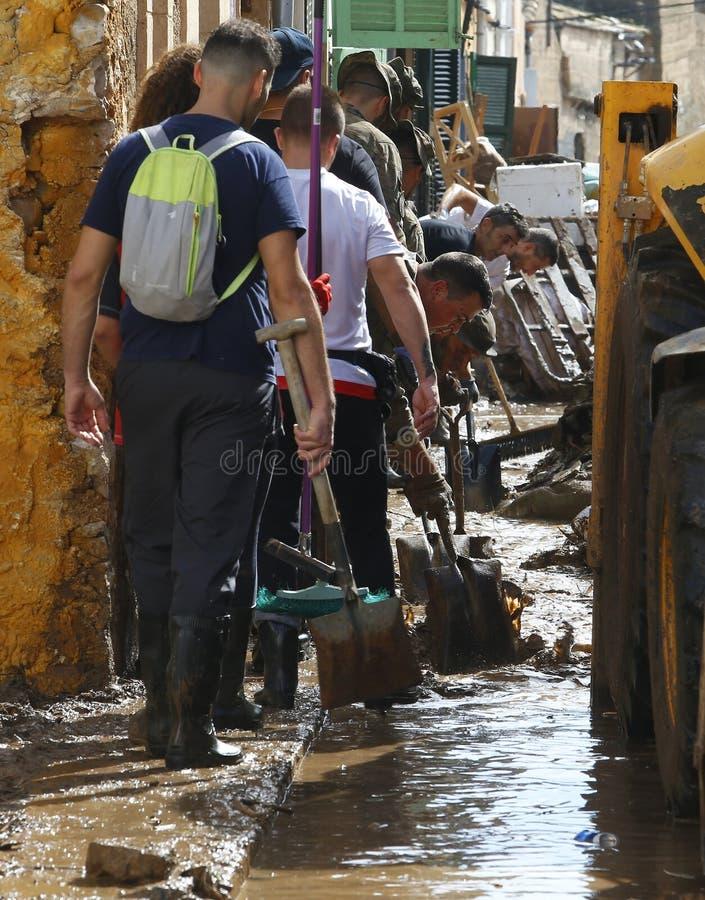 在洪水以后的军事紧急单位清洁在海岛马略卡垂直的圣Llorenc 免版税库存图片