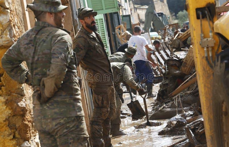 在洪水以后的军事紧急单位清洁在海岛马略卡垂直的圣Llorenc 免版税库存照片