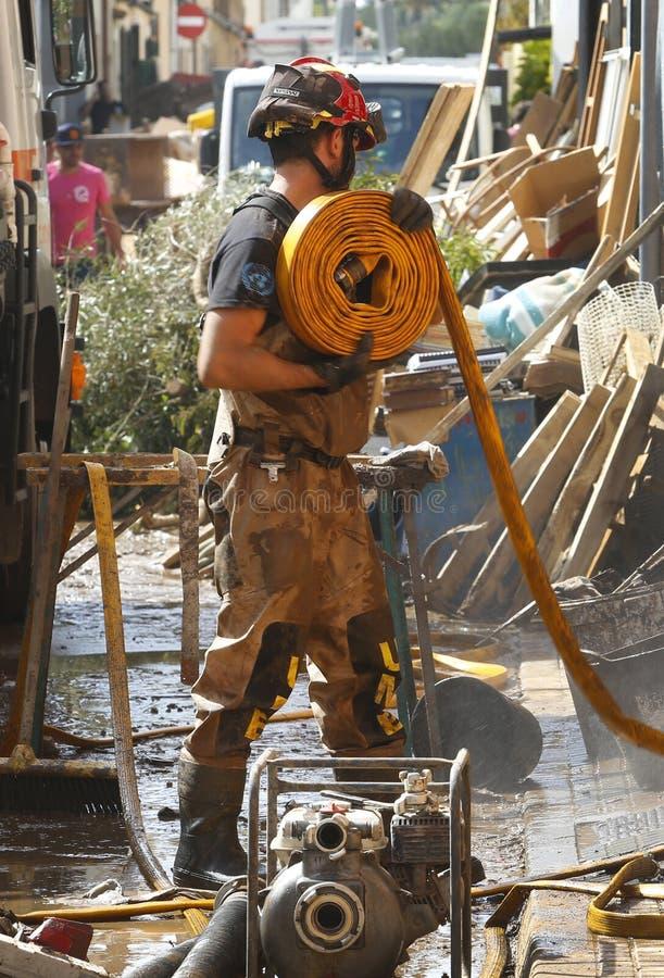 在洪水以后的军事紧急单位清洁在海岛马略卡垂直的圣Llorenc 库存照片