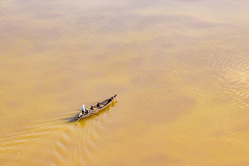 在洪水期间的地方救助者村庄小船在Kearala,印度 库存图片