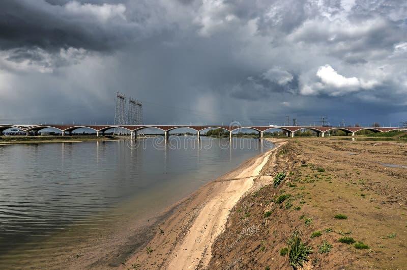 在洪泛区的黑暗的云彩 库存图片