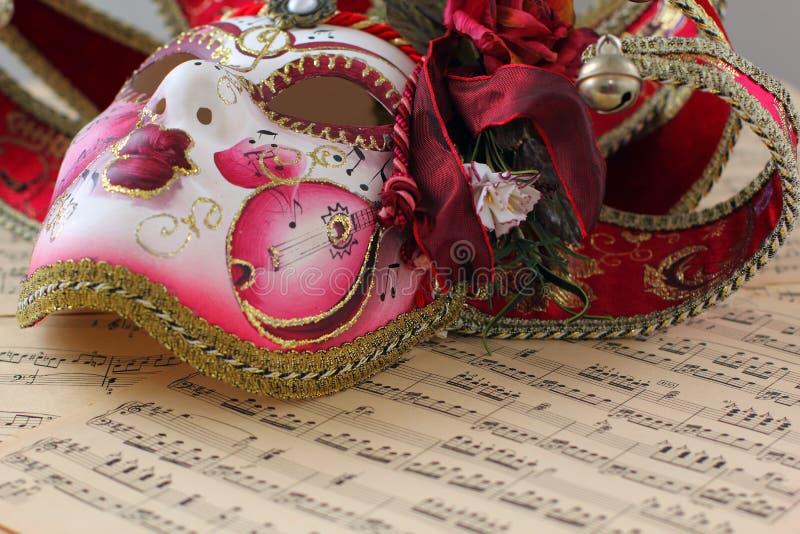 在活页乐谱的威尼斯式面具 免版税库存照片
