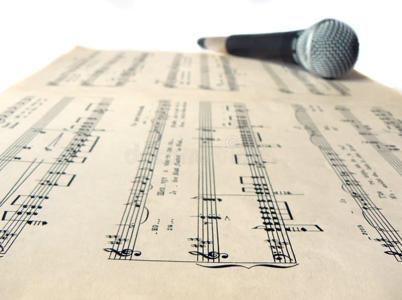 在活页乐谱的话筒 库存图片