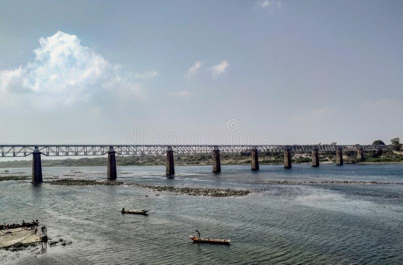 在流动的河风景的壮观的桥梁 免版税图库摄影