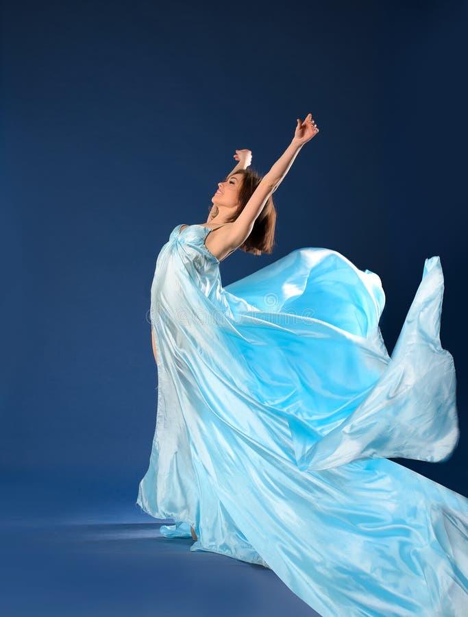 在流动的轻的礼服的跳芭蕾舞者 免版税库存照片