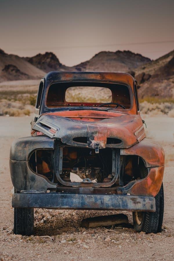 在流纹岩,死亡谷,加利福尼亚,美国的老汽车 库存照片